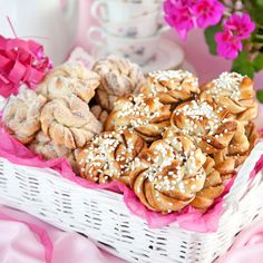 Tied buns are fun to make and smack to eat! Baking Buns, Good Food, Yummy Food, Swedish Recipes, Good Enough To Eat, Sweet Bread, Cinnamon Rolls, Sweet Tooth, Sweets