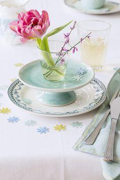 kleine Gläschen mit einzelnen Blumen auf Etageren stellen. Mit ausgestanzten Blüten dekorieren. burdafood.net/Gaby Zimmermann http://www.meine-familie-und-ich.de/