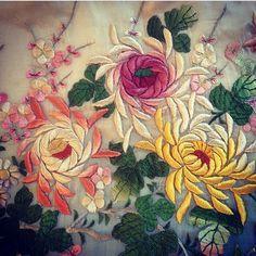 Embroidery On Kurtis, Kurti Embroidery Design, Hand Embroidery Dress, Crewel Embroidery, Ribbon Embroidery, Floral Embroidery, Embroidery Patterns, Machine Embroidery, Paisley Art