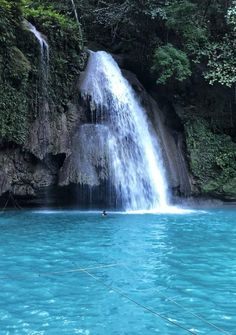 Kawasan Falls is no doubt the most famous waterfall in the Philippines. It's striking blue, milky colours has beckoned visitors from all over the world. Asia Travel, Solo Travel, Travel Tips, Travel Couple, Family Travel, Kawasan Falls, Famous Waterfalls, Nature Beach, Turquoise Water