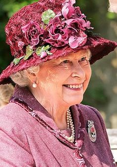 Her royal Majesty Queen Elizabeth II Highland Games, Betty White, Fascinator Wedding, Wedding Hats, Kate Middleton, Middleton Wedding, God Save The Queen, Reine Victoria, Royal Families
