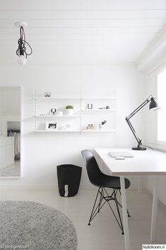 työhuone,hay loop stand,dsr tuoli,harmaa nukkamatto,l-1 arkkitehtivalaisin,string-hylly,kotitoimisto,työhuoneen sisustus Workspace Inspiration, Home Decor Inspiration, Monochromatic Living Room, Diy Room Decor, Bedroom Decor, Bedroom Ideas, Black And White Furniture, Workspace Desk, Interior Decorating