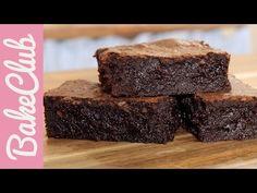 Φτιάξτε το πιο νόστιμο σοκολατένιο, υγρό brοwnies. Πρόκειται για μια εύκολη, λαχταριστή και οικονομική συνταγή που θα λατρέψετε. Δείτε εδώ! Fudgy Brownie Recipe, Fudgy Brownies, Brownie Bar, Easy Chocolate Pie, Chocolate Muffins, Oreo Pops, Dessert Recipes, Desserts, Gastronomia