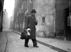 Guerre 1939-1945. Parisien transportant une oie pour Noël, 1943.