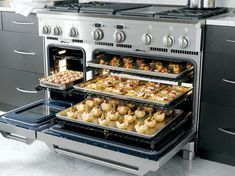 GE Monogram: A Professional-Quality Range for Inspired Home Cooking This professional range makes us want to spend more time baking! Just think about all the yummy treats that can be made at once in this caterer's oven. Kitchen Stove, Kitchen Pantry, Rustic Kitchen, New Kitchen, Kitchen Dining, Kitchen Appliances, Stove Oven, Kitchen Tools, Cocinas Kitchen