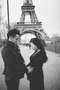 Paris maternity shoot at the Eiffel Tower | Rhianne Jones : Paris Photographer