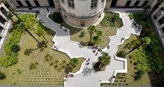 La Biblioteca Multimedia de Françoise Sagan abarca más de 3.500 m2 de superficie útil dentro de un sitio, el Clos Saint-Lazare, que albergaba alternativamente una leprosería, un priorato y una prisión antes de convertirse en una hospital, que fue cerrado en 1998. El sitio está oculto a la vista y a pesar de estar lleno de historia, es poco conocido, incluso por los parisinos.