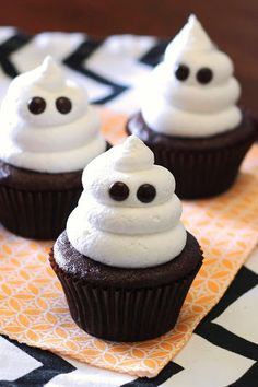 Spooky-cute chocolate cupcakes with a Halloween twist - and zero gluten. These ghost cupcakes from Sarah Bakes Gluten Free are the most adorable allergen-free treat you'll ever make. Dulces Halloween, Bolo Halloween, Postres Halloween, Dessert Halloween, Halloween Baking, Halloween Snacks, Easy Halloween, Healthy Halloween, Halloween Cupcakes Decoration