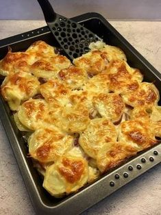 Sütőben sült hagymás krumpli sok sajttal: krémes és pikáns Meat Recipes, Vegetarian Recipes, Cooking Recipes, Healthy Recipes, Good Foods To Eat, Food To Make, Delicious Dinner Recipes, Yummy Food, Confort Food