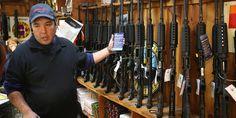 """La détention et le port d'armes pour les particuliers y sont garantis au nom du deuxième amendement de la constitution : """"Une milice régulée étant nécessaire à la sécurité d'un Etat libre, le droit du peuple à détenir et porter une arme ne doit pas être enfreint."""" Une interdiction fédérale sur la possession, le transfert et la production d'armes d'assaut semi-automatiques, votée en 1994, a expiré en 2004."""