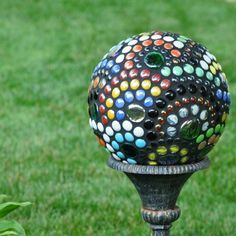 Garden orb did this in gem stones Old bowling ball which I sprayed with glass mirror paint looks great ball Garden art Creative and Inspiring Garden Decorating Ideas For Summer – DIY Bowling Ball Yard Art Bowling Ball Crafts, Bowling Ball Garden, Mosaic Bowling Ball, Bowling Ball Art, Bowling Pins, Mosaic Garden, Mosaic Art, Garden Spheres, Garden Balls