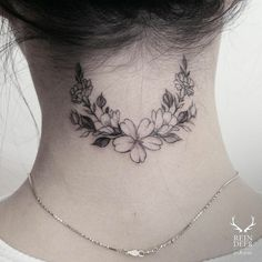For a crown tattoo? Flower wreath tattoo on the back of the neck. - Little Tattoos for Men and Women Best Neck Tattoos, Neck Tattoos Women, Up Tattoos, Little Tattoos, Trendy Tattoos, Black Tattoos, Body Art Tattoos, Small Tattoos, Cool Tattoos