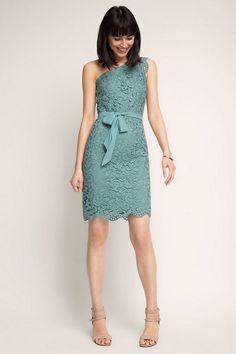 Dieses One Shoulder Kleid gehört im Sommer zu unseren Lieblings-Styles.-Das bequeme Partykleid überzeugt durch feminine Details wie ein zusätzlich akzentuierendes Spitzenband im Schulterbereich, das Chiffonband auf Taillenhöhe und den bewegten Saumabschluss aus Spitze.
