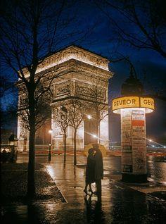 Amantes se abrazan en las sombras del Arco del Triunfo, París 1960