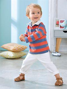 Tenue bébé garçon Cyrillus pour le printemps/mi-saison - Polo de rugby corail et bleu et pantalon blanc avec des sandalettes marron