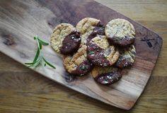 Sjokoladecookies med rosmarin og salt - Helleskitchen