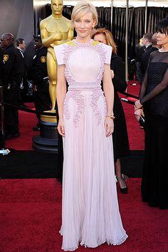 Cate Blanchett, con un vestido lila y dorado, que presenta la espalda descubierta, de Givenchy Haute Couture (primavera-verano 2011); y joyas, de Van Cleef & Arpels.