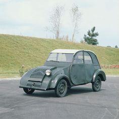 El 8 de octubre de 1948 en el Salón del Automóvil de París se estrenó oficialmente la 2CV, más conocida en Chile como Citroneta. Sin embargo, el proyecto partió en 1939 (mismo año del inicio de la 2da Guerra Mundial), con la construcción de 250...
