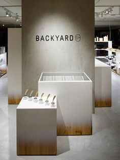 BACKYARD is a minimalist interior located in Tokyo, Japan, designed by Nendo. The shop design for by Display Design, Booth Design, Signage Design, Store Design, Bedroom Minimalist, Minimalist Interior, Minimalist Design, Design Commercial, Commercial Interiors