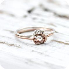 Doppio nodo anello - anello riempito d'oro giallo e rosa o argento, anello di amicizia o promessa di LeCubicule su Etsy https://www.etsy.com/it/listing/202786130/doppio-nodo-anello-anello-riempito-doro