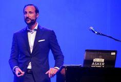 BRYR SEG: Kronprins Haakon holdt multimedieshow for ungdom på Kulturhuset i går.