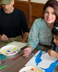 It's family time as @twinklerkhanna and @akshaykumar engage in some painting session with daughter Nitara  #family #familytime…