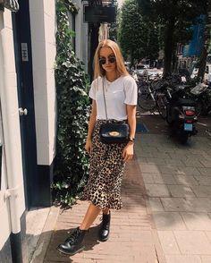 Love the new leopard print silk skirt trend. They're so flattering, comfy, and s… Ich liebe den neuen Seidenrock-Trend mit Leopardenmuster. Sie sind so schmeichelhaft, bequem und stilvoll! Fashion Mode, Fast Fashion, Look Fashion, Spring Fashion, Paris Fashion, Classy Edgy Fashion, Womens Fashion, Fashion 2020, Girl Fashion
