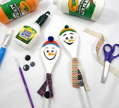 With just a little paint and a few craft supplies you can transform an ordinary wooden spoon into a silly snowman for a creative winter decoration!