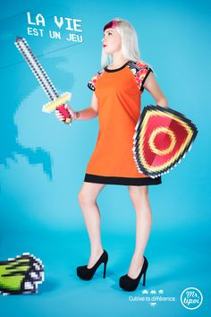 Robe courte Lison, orange avec des grandes fleurs aux épaules. Bouclier et épée version 8-bit, rétro game. Nouvelle collection de Mrtipoi visible ici : www.mrtipoi.com