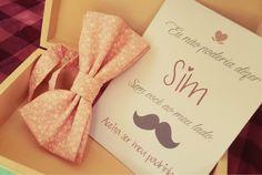 Convite mustache para seus padrinhos. Olha que charme :) #groomsmen #padrinhodecasamento #convite #casamento http://papeldearroz.cc/index.php/produto/convite-padrinho-de-casamento/