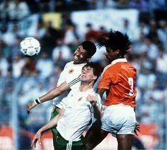 Rep of Ireland 1 Holland 1 in 1990 in Palermo. Frank Rijkaard beats Paul McGrath & Niall Quinn in the air in Group F #WorldCupFinals