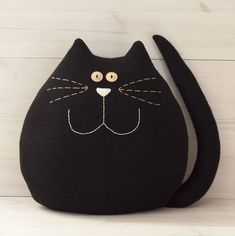 Very large black cat. Fits ideally in any room of the house . - Very large black cat. Ideally fits into any room in the house. A good companion for children. Fabric Toys, Fabric Crafts, Sewing Crafts, Sewing Projects, Fabric Animals, Felt Animals, Doll Patterns, Quilt Patterns, Grand Chat
