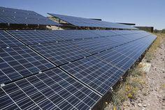 """De start van de astronomische zomer klinkt de eigenaars van zonnepanelen ongetwijfeld als muziek in de oren """"Maar de maand waarin de zonnepanelen het meest renderen ligt nu al achter ons"""", verduidelijkt energieleverancier Eneco. De leverancier verzamelde vijf weetjes over zonnepanelen."""