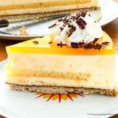 Deze sinaasappeltaart van heerlijk frisse sinaasappelbavarois met een laagje sinaasappelgelei op een krokante shortbread bodem is onweerstaanbaar lekker. Voor extra stevigheid zit er ook nog een cakelaagje gedrenkt in Licor 43 in verstopt! Cupcake Images, Cheesecakes, Vanilla Cake, Cupcakes, Desserts, Recipes, Cook, Tailgate Desserts, Cheese Cakes