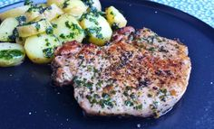 GRILLED VENISON WITH BACON Prep time: 6 to 7 hours Cooking Time: 20 minutes Serves: 4 Ingredients 2 lbs. thick sliced bacon 2 bottles of barbecue sauce Easy Cooking, Healthy Cooking, Healthy Recipes, Cuisine Diverse, Grilled Pork Chops, Barbecue Recipes, Deep Dish, I Love Food, Pesto