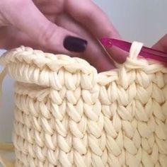 Вас интересует вопрос как аккуратно обвязать ручки корзинки, посмотрите видео☝️ . #трикотажнаяпряжагрозный #handmade #тпряжа…