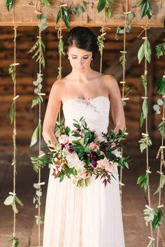 Siempre quebuscamos darle un toque diferente y acorde con nuestro estilo a nuestra boda, la decoración es lo másimportante. Rincones, un Photocall, centros de