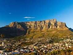 One of the New 7 Wonders of Nature, this dramatic flat-topped mountain overlooking Cape Town and Robben Island is easily reached by cable car. South Africa Facts, South Africa Tours, Cape Town South Africa, Chutes Victoria, South Africa Holidays, Cape Town Tourism, African Vacation, Best Tourist Destinations, Sun City