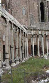 Pórtico:  Galería de columnas cubierta por un techo. Los pórticos, a veces adornados magníficamente y provistos de bancos y asientos, solían ser lugares de reunión muy frecuentados.