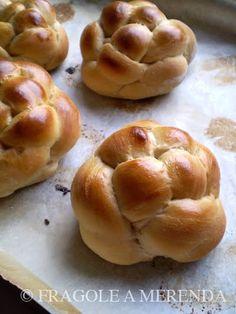La panificazione casalinga è una delle attività che più mi gratificano in cucina. Beninteso: il pane si può anche comprare. Ma se vi abituate al profumo, al sapore delle farine buone, alla varietà ...