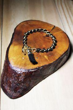 Os detalhes em tassel continuam na wish list da temporada. A pulseira Mini Tassel Preta traz essa tendência e moderniza o look.