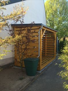 Holzunterstand fertig mit Regentonne. Holzlager für ca. 10 srm. Pin 4/5