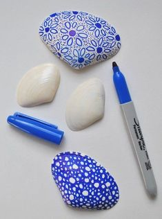 Creative With Sharpies And Shells · How To Make A Shell .Getting Creative With Sharpies And Shells · How To Make A Shell . Sharpie Crafts, Sharpie Art, Sharpies, Stone Crafts, Rock Crafts, Arts And Crafts, Seashell Painting, Seashell Art, Dot Painting
