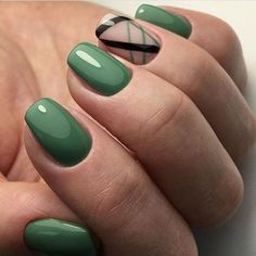 False nails have the advantage of offering a manicure worthy of the most advanced backstage and to hold longer than a simple nail polish. The problem is how to remove them without damaging your nails. Green Nail Art, Green Nails, Black Nails, Nail Art Vert, Cute Nails, Pretty Nails, Hair And Nails, My Nails, Oval Nails