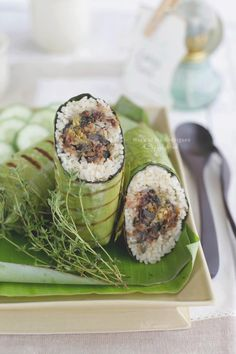Uncovering the mysteries of Indonesia - Grilled aromatic rice / Nasi bakar rica-rica Real Food Recipes, Vegetarian Recipes, Cooking Recipes, Rice Dishes, Food Dishes, Indonesian Cuisine, Indonesian Recipes, Nasi Bakar, Steam Recipes