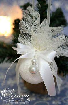 Sewn Christmas Ornaments, Christmas Arts And Crafts, Homemade Christmas Decorations, Christmas Tree Toy, Pink Christmas, Christmas Projects, Handmade Decorations, Beautiful Christmas, Christmas Tree Decorations