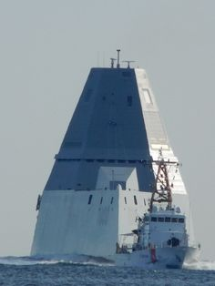 Stunning bow view of USS Zumwalt With a Coast Guard cutter photobomb lol Poder Naval, Uss Zumwalt, Navy Coast Guard, Coast Guard Cutter, Navy Chief, Us Navy Ships, Naval History, Military History, Navy Military