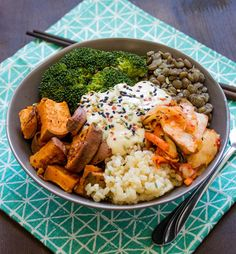 Delicious, quick, and healthy brown rice and vegetable bowl with a creamy miso tahini dressing, and perfectly roasted sweet potatoes and kimchi Clean Eating, Healthy Eating, Vegetarian Recipes, Cooking Recipes, Healthy Recipes, Sauce Recipes, Plats Healthy, Healthy Grains, Vegetable Bowl