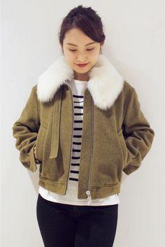 TOPSHOP UNIQUE ファー付きボンバージャケット  TOPSHOP UNIQUE ファー付きボンバージャケット 73440 ホワイトファーの衿が目を引くブルゾン ファーは取り外し可能でコーディネートによって変化をつけていただけます 裏地はキルティング生地を使用し真冬にも対応出来る暖かい一着に ややオーバーサイズながらもショート丈で女性が着易いサイジングも嬉しいポイント TOPSHOP UNIQUE(トップショップ ユニーク) クリエイティブディレクター ケイトフェランKate Phelanが手がけるトップショップ TOPSHOPのプレミアライントップショップ ユニークTOPSHOP UNIQUE デザインはデザインチームで行っておりロンドンファッションウィークではランウェイ形式でコレクションを発表している 2016リゾートコレクション ソーホーのデカダンスな夜の世界を旅します 上品で茶目っ気あるエッセンスを基にドレスアップしたワードローブはリゾートコレクションに新鮮な興奮を吹き込みます 店頭外での撮影画像は光の当たり具合で色味が違って見える場合があります…