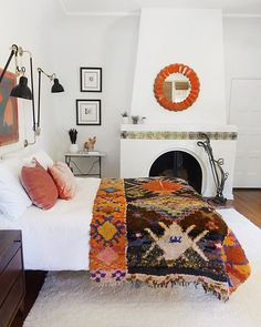 The Best Bedroom Design Ideas from a California Bohemian Home 3 steps to achieving a California boho bedroom. Bedroom Colors, Home Decor Bedroom, Modern Bedroom, Bedroom Ideas, White Bedroom, Bedroom Furniture, Bedroom Images, Find Furniture, Trendy Bedroom